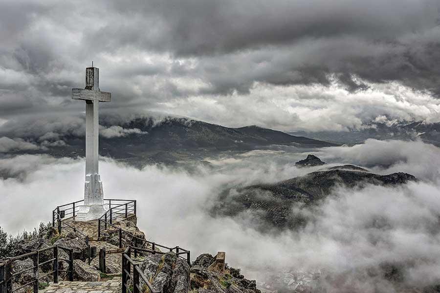 Cruz entre las nubes
