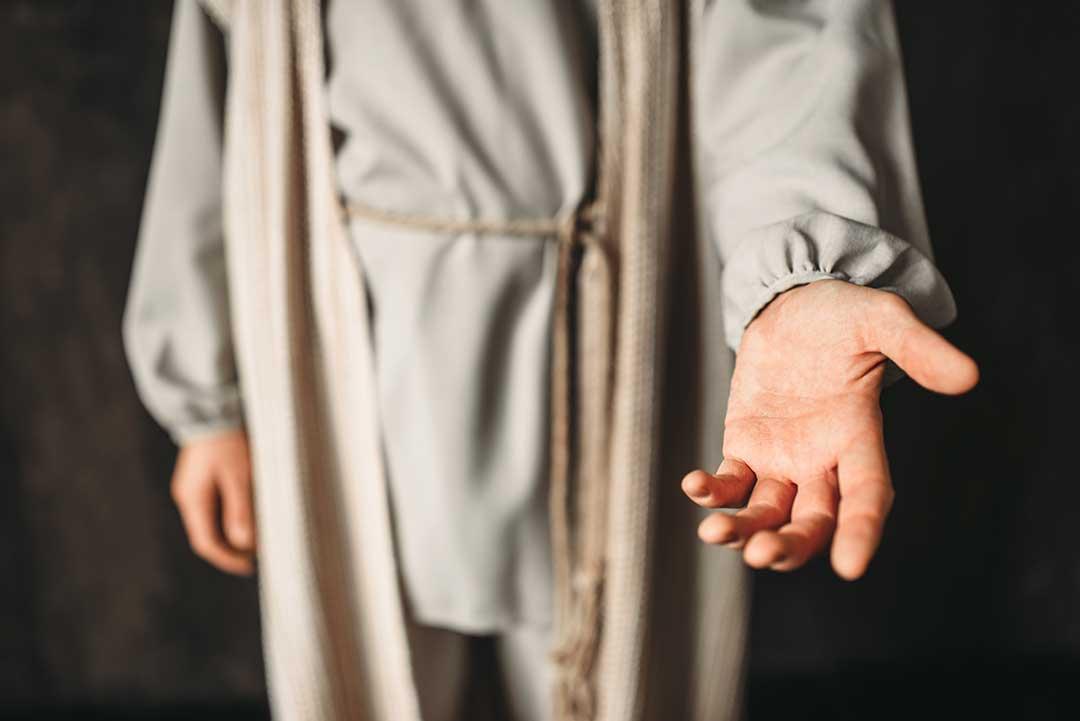 Jesús tiende su mano