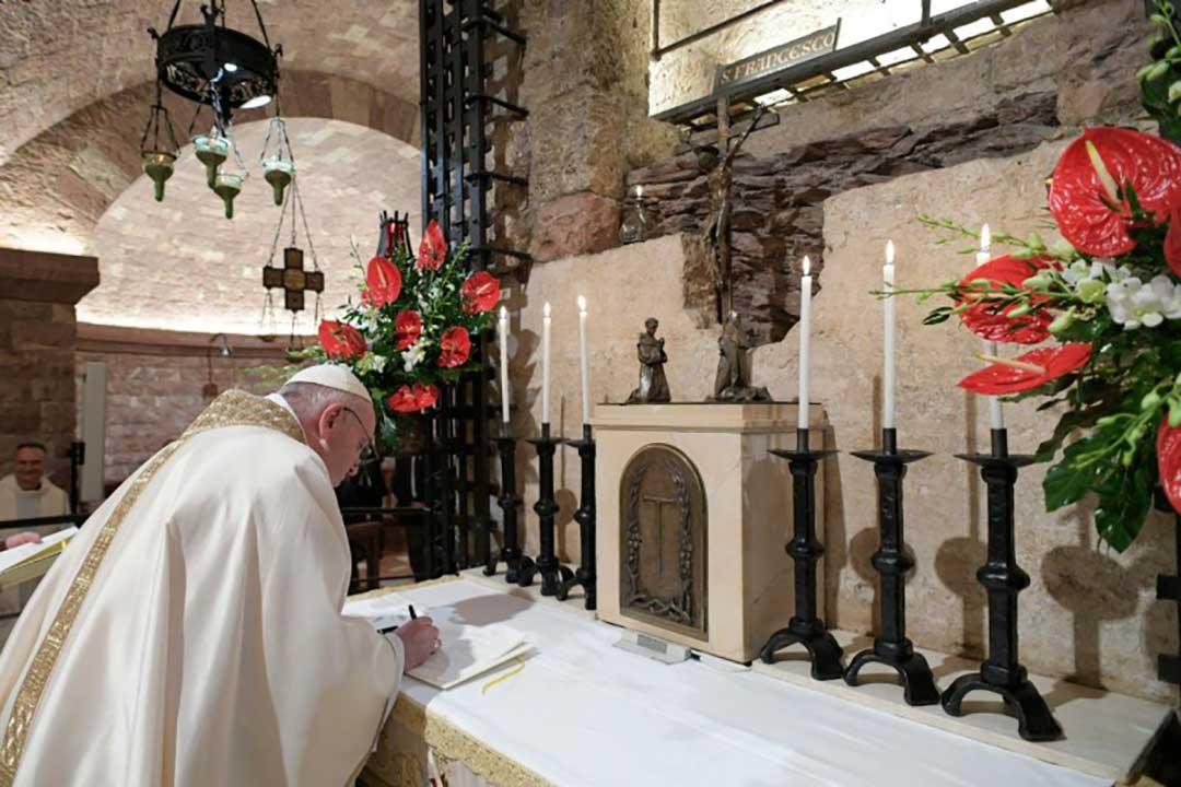Papa Francisco firma la nueva encíclica